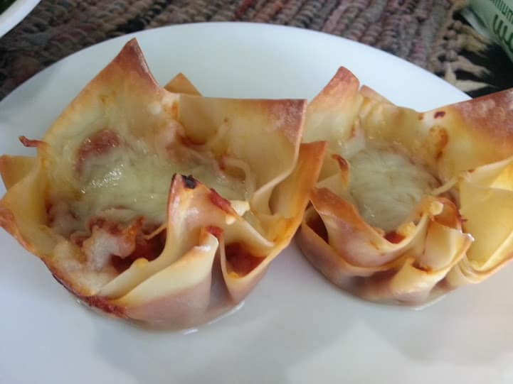 These pizza cups use only 4 ingredients and make for a quick and easy dinner! www.nogettingoffthistrain.com