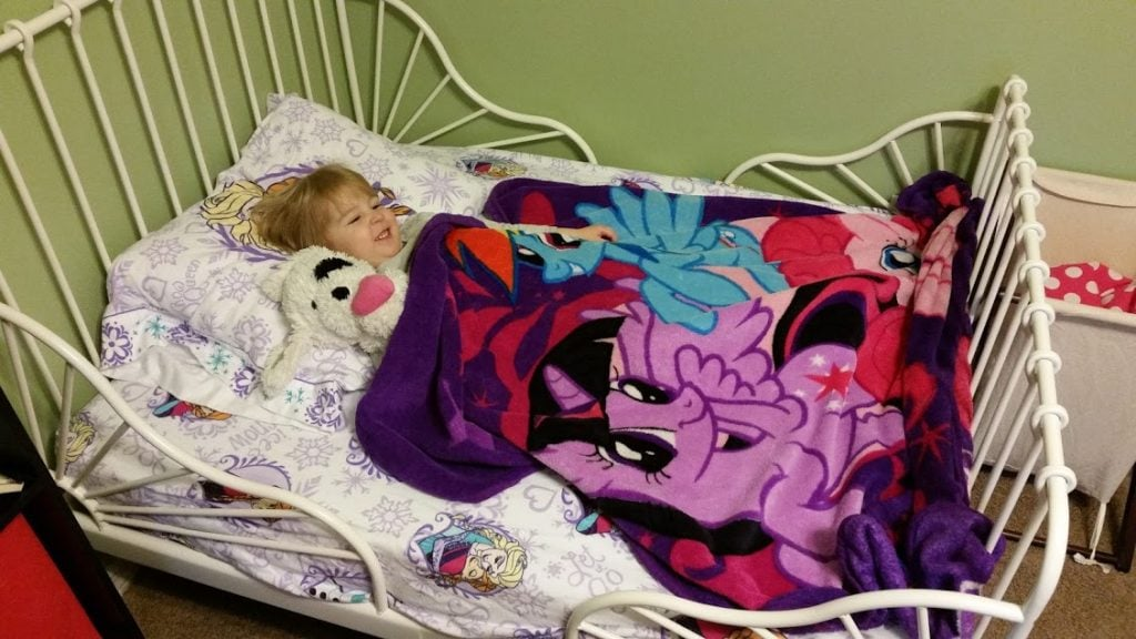 Are you afraid of transitioning your toddler to a big bed, like we were? Here is a list of pros and cons of keeping your toddler in a crib! www.nogettingoffthistrain.com