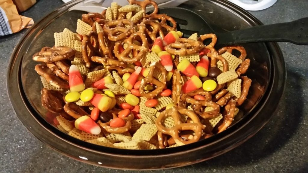 Celebrate Fall with this easy and cheap Fall Trail Mix! Download this FREE printable to decorate your gift bags for your friends! www.nogettingoffthistrain.com