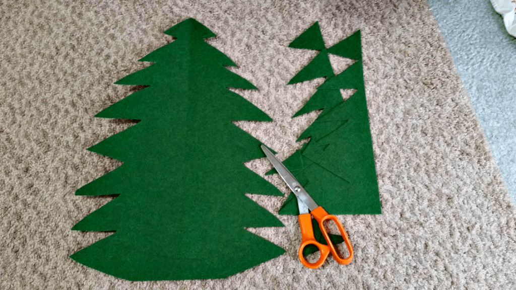 Want to help your toddler get in the holiday spirit? Make this easy felt Christmas tree so they can help decorate, too! www.nogettingoffthistrain.com