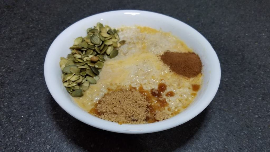 Image of a bowl with oats and pumpkin seeds